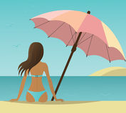 Vrouw op het strand onder paraplu. royalty-vrije illustratie