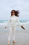 Vrouw op het strand tegen bewolkte hemel. royalty-vrije stock foto