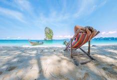 Vrouw op het strand in Thailand royalty-vrije stock foto