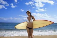 Vrouw op het strand van Maui. stock afbeeldingen
