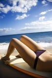 Vrouw op het strand van Maui. stock foto