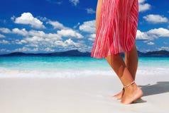 Vrouw op het tropische strand Royalty-vrije Stock Foto's