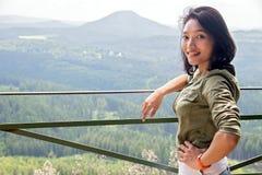 Vrouw op het vooruitzicht stock foto
