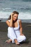 Vrouw op het Zwarte Strand stock foto's