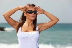 Vrouw op het Zwarte Strand Stock Afbeeldingen