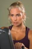 Vrouw op Hometrainer Royalty-vrije Stock Fotografie
