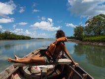 Vrouw op houten boot Stock Foto