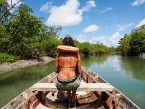 Vrouw op houten boot Royalty-vrije Stock Afbeeldingen