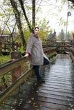Vrouw op houten brug royalty-vrije stock foto's