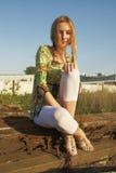 Vrouw op industriële achtergrond Royalty-vrije Stock Afbeelding