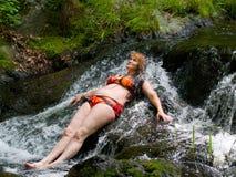 Vrouw op kleine waterval 2 Stock Foto's