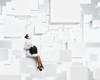 Vrouw op kubus Stock Foto's