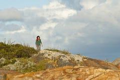 Vrouw op kustgang Stock Foto's