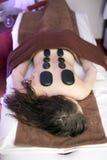 Vrouw op kuuroordmassage met stenen royalty-vrije stock afbeelding