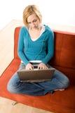 Vrouw op laag met laptop Stock Afbeelding