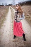 Vrouw op landelijke weg Stock Foto