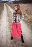 Vrouw op landelijke weg Royalty-vrije Stock Afbeelding