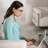 Vrouw op laptop. Stock Fotografie