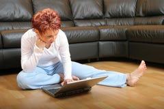 Vrouw op Laptop 4 Stock Foto's