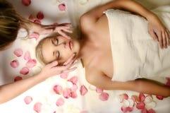Vrouw op massage Stock Afbeelding