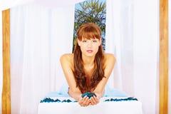 Vrouw op massagelijst onder luifel Stock Afbeeldingen