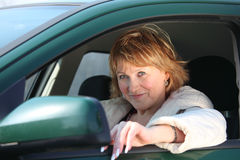 Vrouw op middelbare leeftijd in auto Royalty-vrije Stock Afbeelding