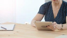 Vrouw op middelbare leeftijd in bureau die aan digitale tablet werken stock videobeelden