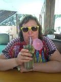 Vrouw op middelbare leeftijd in een koffie royalty-vrije stock fotografie