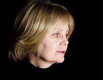 Vrouw op middelbare leeftijd Lookin terug op Verleden Stock Foto's