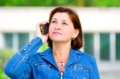 Vrouw op middelbare leeftijd met cellphone Stock Foto