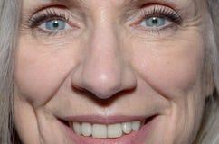 Vrouw op middelbare leeftijd met gelukkige het glimlachen ogen royalty-vrije stock fotografie