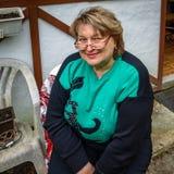Vrouw op middelbare leeftijd met glazen die in het Park rusten royalty-vrije stock afbeeldingen