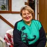 Vrouw op middelbare leeftijd met glazen die in het Park rusten stock afbeeldingen