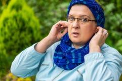 Vrouw op middelbare leeftijd met glazen het rusten royalty-vrije stock fotografie