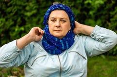 Vrouw op middelbare leeftijd met glazen het rusten stock afbeelding