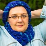 Vrouw op middelbare leeftijd met glazen het rusten royalty-vrije stock afbeelding