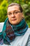 Vrouw op middelbare leeftijd met glazen het rusten royalty-vrije stock foto's