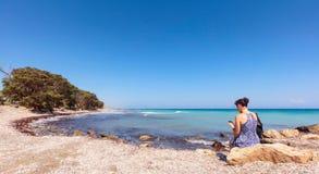 Vrouw op middelbare leeftijd met mobiele telefoon op de Mediterrane kust stock foto's