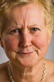 Vrouw op middelbare leeftijd met spottende uitdrukking Stock Foto's