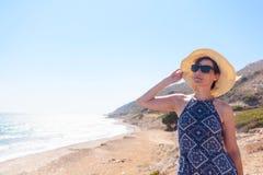 Vrouw op middelbare leeftijd met zonnebril en een hoed op het Middellandse-Zeegebied royalty-vrije stock fotografie