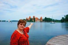 Vrouw op middelbare leeftijd in Trakai, Litouwen Stock Foto's