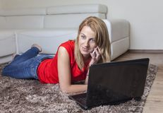 Vrouw op Mobiele Dichtbijgelegen haar Laptop Royalty-vrije Stock Afbeelding