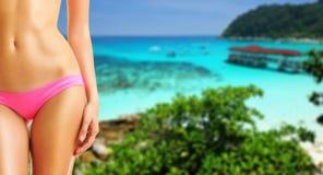 Vrouw op mooi strand royalty-vrije stock foto