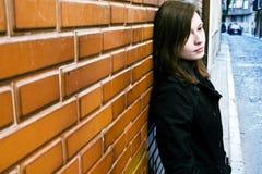 Vrouw op muur Stock Foto