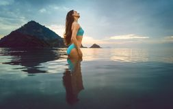Vrouw op oceaanstrand in tropische vakantie stock afbeeldingen