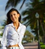 Vrouw op Onscherpe achtergrond Royalty-vrije Stock Afbeelding