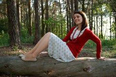 Vrouw op oude boomstam Royalty-vrije Stock Foto's