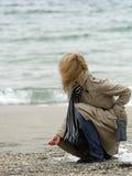 Vrouw op overzeese kust Stock Fotografie