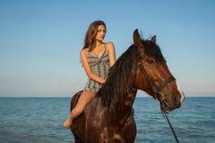 Vrouw op paard Stock Afbeelding