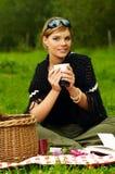 Vrouw op Picknick Stock Afbeeldingen